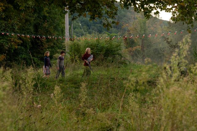 a quiet place part 2 review - the abbott family walking