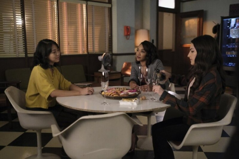 the flash - good-bye vibrations review - kamilla, iris and allegra