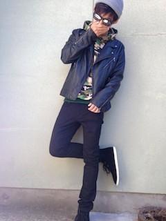 黒のレザージャケット×カモフラージュ柄のパーカー
