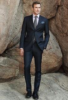 黒のスーツ×水色のポケットチーフ