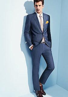 ネイビーのスーツ×ベージュのネクタイ