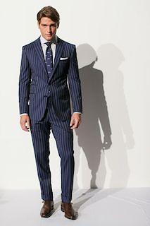 ネイビーのスーツ×柄ネクタイ×茶色の革靴