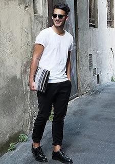 黒のスウェットパンツ×白のTシャツ×革靴