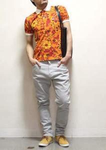 花柄のポロシャツ×白のパンツ×黄色のスニーカー