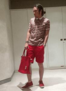 花柄のポロシャツ×赤の短パン×赤のスニーカー