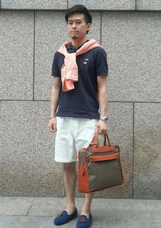 ビジネスバッグ×ネイビーのポロシャツ×白のハーフパンツ