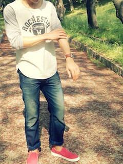 ピンクのスリッポン×白とグレーのTシャツ×デニム