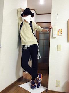 白のニット・セーター×黒パンツ×スニーカー