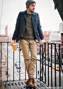 ケーブル編みのニット・セーター×ベージュパンツ×キャメル色のシューズ
