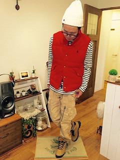赤のダウンベスト×ボーダーTシャツ×ベージュパンツ×ベージュ靴
