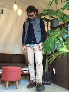 グレーのダウンベスト×チェックシャツ×ネイビーカーディガン×ベージュのチノパン×茶色ブーツ