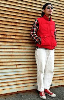 赤のダウンベスト×ネイティブ柄ニットカーディガン×デニム×黒のスヌード×茶色ブーツ