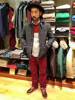 チェックのPコート×赤白のニット×赤のパンツ×赤茶のブーツ