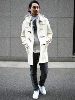 白のダッフルコート×白のシャツ×グレーのロゴトレーナー×グレーのパンツ×白のスニーカー×チェックマフラー