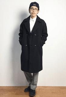 黒のチェスターコート×白のシャツ×グレーのパンツ×黒のブーツ