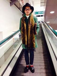 柄物のマフラー×緑のチェスターコート×黒のスキニーパンツ