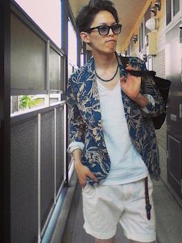 柄のサマージャケット×白のTシャツ×白のハーフパンツ×ネックレス