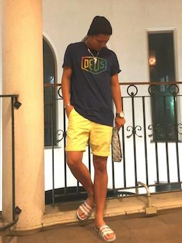 カラフルなアディレッタ×黒のTシャツ×黄色のハーフパンツ