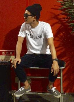 黒のジョガーパンツ×白のTシャツ×ニット帽×スニーカー