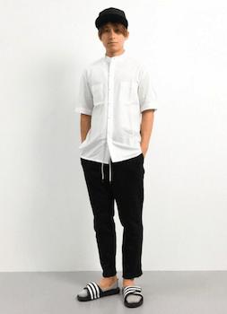 黒のアディレッタ×白のシャツ×黒のパンツ