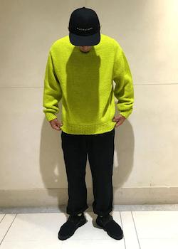 黒のチノパンツ×黒のスニーカー×グリーンのセーター