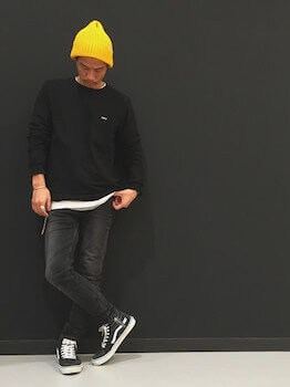 ニット帽×黒のカットソー×デニム
