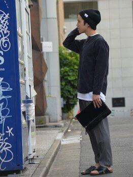 ニット帽×黒のカットソー×グレーのパンツ