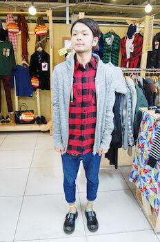 ネルシャツ×グレーのパーカー×デニム