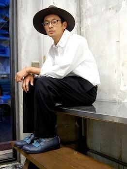 ネイビーのタッセルローファー×白のシャツ×黒のパンツ