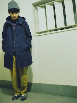 フーデットコート×チェックシャツ×ベージュのパンツ×スニーカー×ニット帽