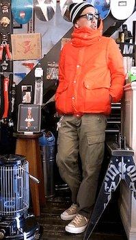 ボーダーのボンボンニット帽×オレンジのダウン×ベージュのパンツ