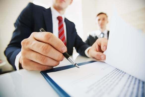 homme d'affaire signant un document