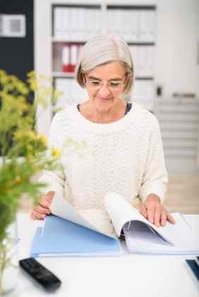 Femme en train de consulter un document dans un cartable