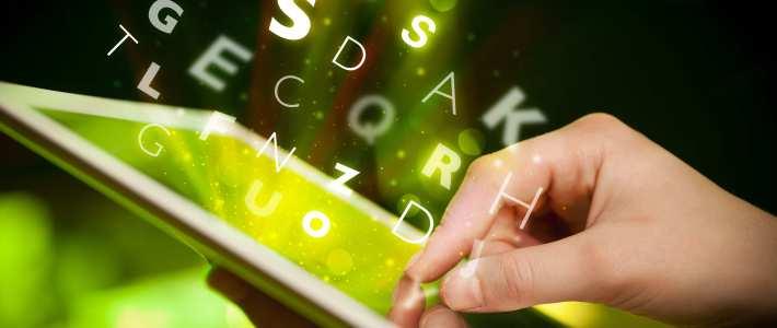 doigt pointant une tablette d'ordinateur avec des lettres sortant de l'appareil — typographie et mise en page