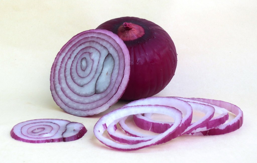 image of a red onion and onion slices