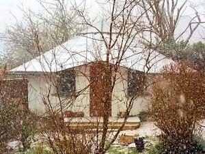 Lynne's magic strawbale hut - in the snow!