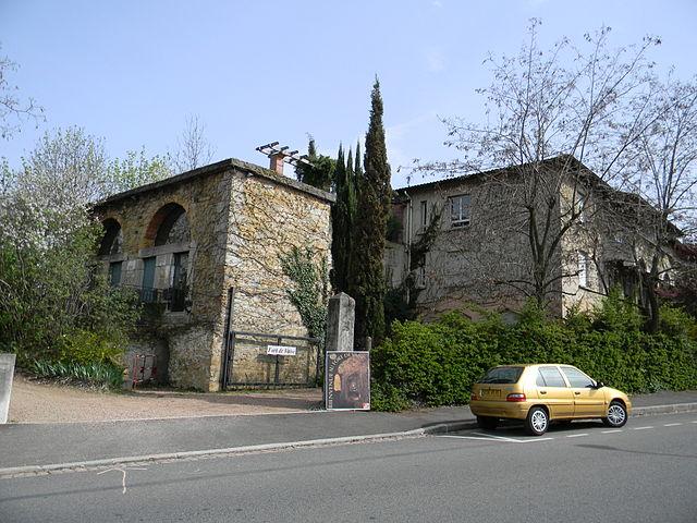 «Lyon Fort de Vaise-entrée» par © Xavier Caré/Wikimedia Commons. Sous licence CC BY-SA 3.0 via Wikimedia Commons - https://commons.wikimedia.org/wiki/File:Lyon_Fort_de_Vaise-entr%C3%A9e.JPG#/media/File:Lyon_Fort_de_Vaise-entr%C3%A9e.JPG