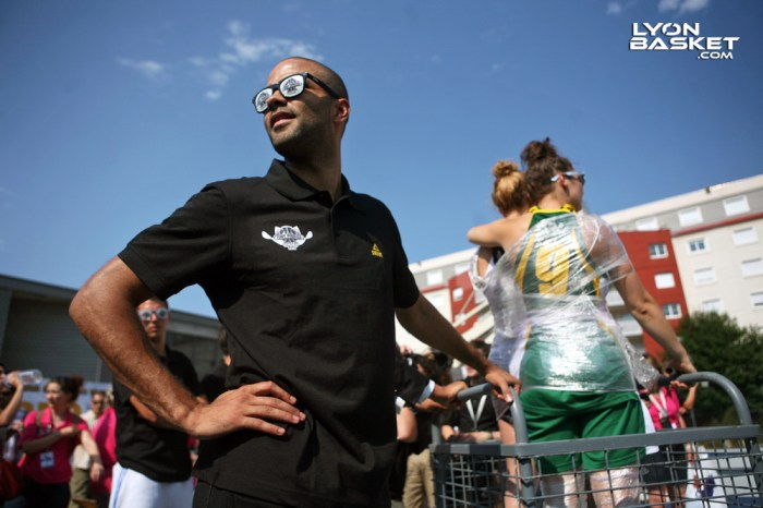 Tony PARKER prêt à lancer le Harlem Shake général du TP camp.