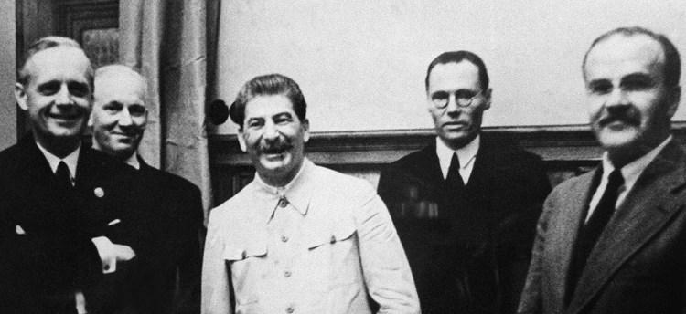 La «photo de famille» du pacte germano-soviétique d'août 1939: de gauche à droite, le ministre allemand des Affaires étrangères Joachim Von Ribbentrop, le juriste allemand Friedrich Gaus, Joseph Staline et, tout à droite, le ministre soviétique des Affaires étrangères Vyacheslav Molotov. AFP.
