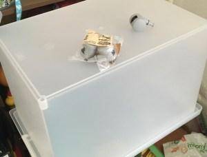 こんな感じに、子供部屋のオモチャ入れに使っている「ポリプロピレンキャリーボックスロック付き深型の大」にキャスター取り付けてます。