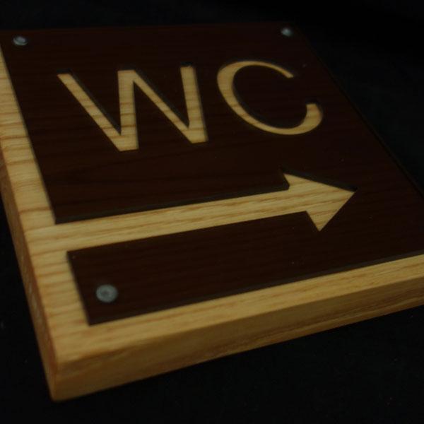 Jύλινη επιγραφή WC με plexiglass
