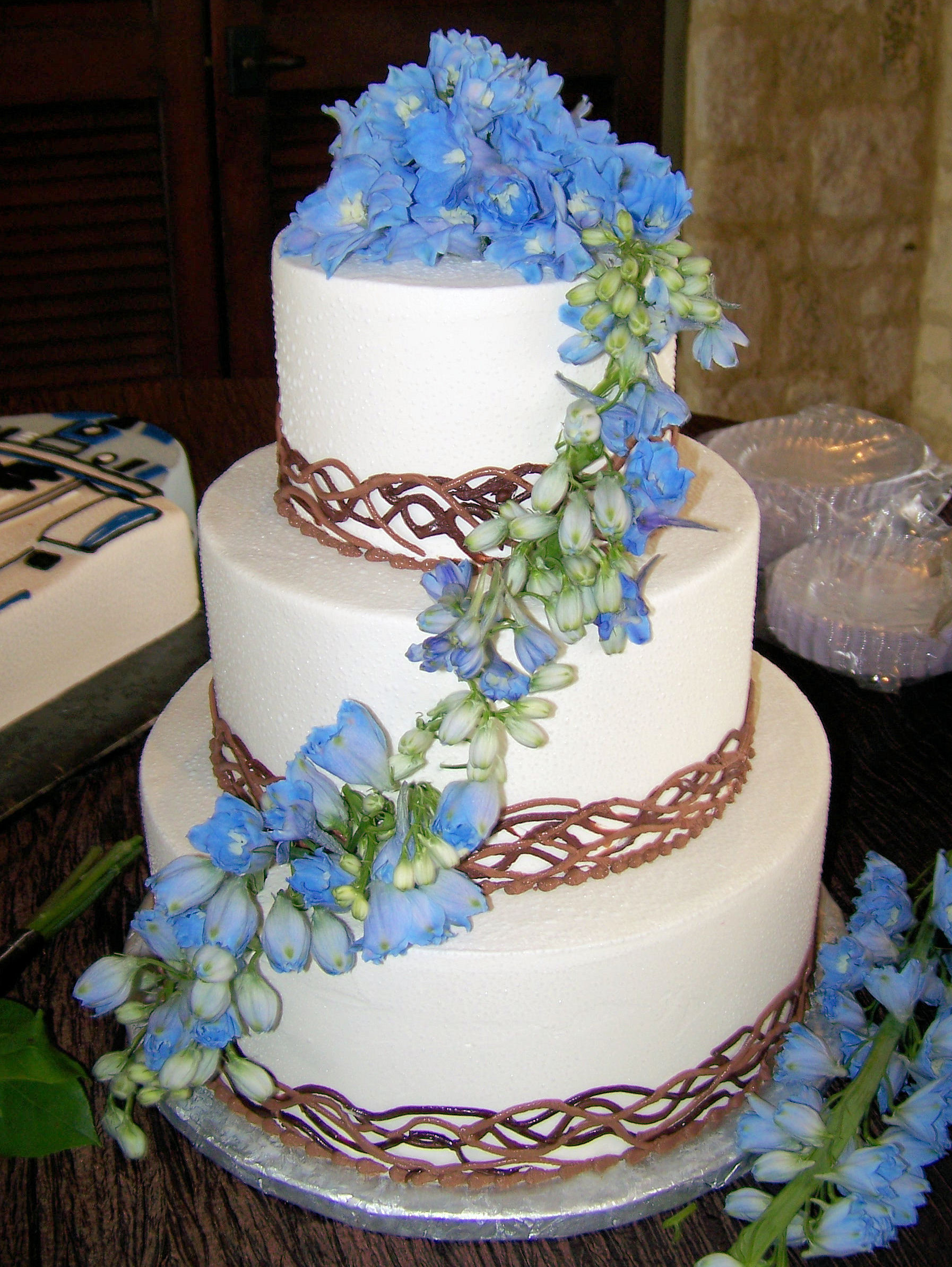 Cascading Flowers On Your Wedding Cake LZ Florals Blog