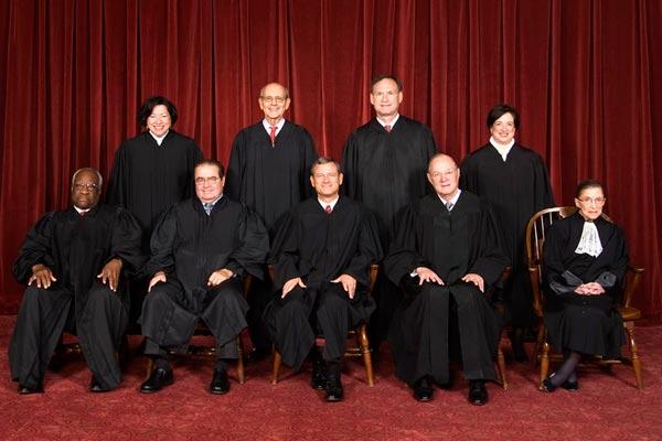 این تصویری است از دادگاه عالی آمریکا درسال ۲۰۱۰. در آمریکا قوه قضایی کاملاً از سیاست جدا و برکنار می باشد، و در آن همه گروه از هر نژاد اعم از زن یا مرد شرکت دارند.