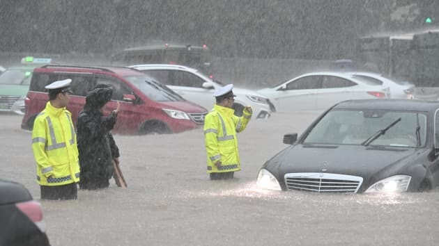 Cars can hardly navigate in the flood in Zhengzhou - iPhone assembler Foxconn stated operations have not been impacted by severe flooding in China