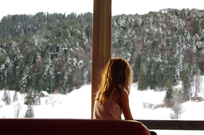 2014. Noch so jung. Warten. Ausschau halten. Kind, Fenster, Schnee, Berge.