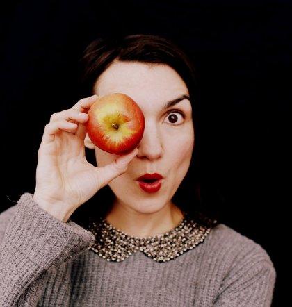 Ruth Frobeen mit Apfel vorm Auge