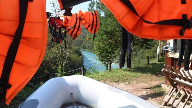Raftingausrüstung mit Blick auf die Tara in Montenegro