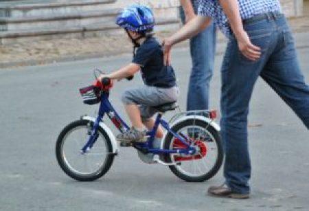 自転車の乗る練習をする子供