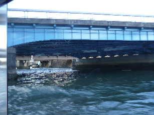 水上バスがくぐる橋の下