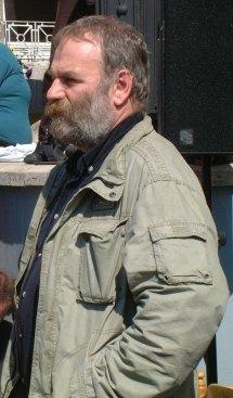 Andrassew Iván a Népszava szerkesztősége előtt
